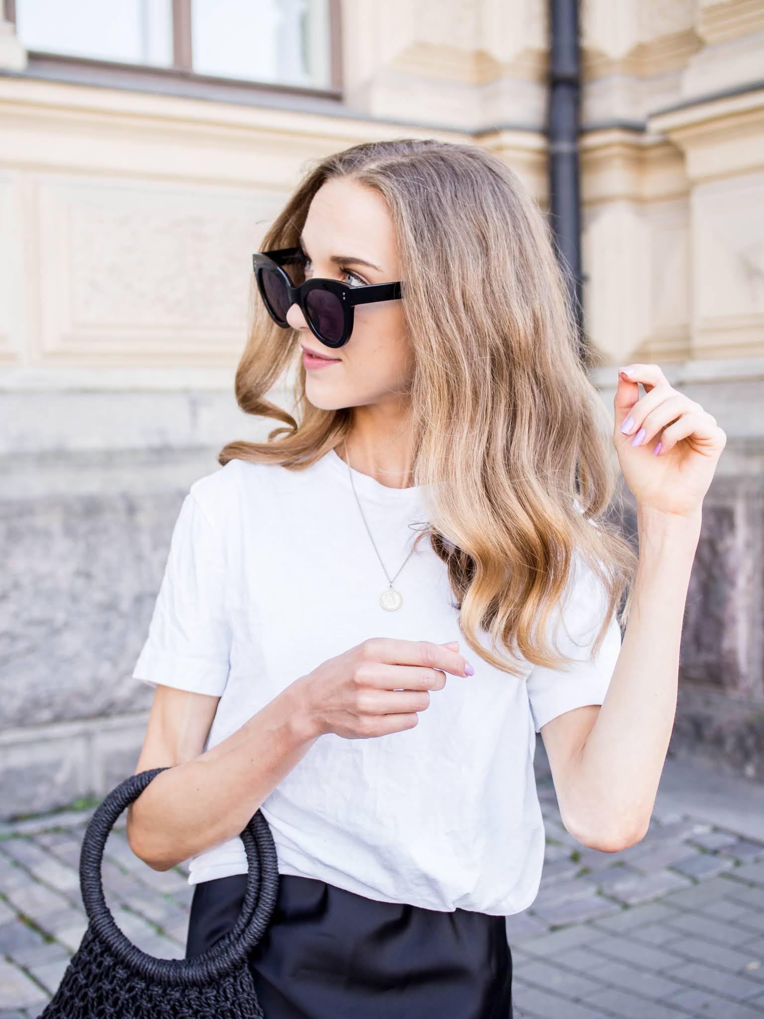 H&M Men's white t-shirt, ASOS Design coin necklace - H&M miesten valkoinen t-paita, ASOS kultainen kaulakoru