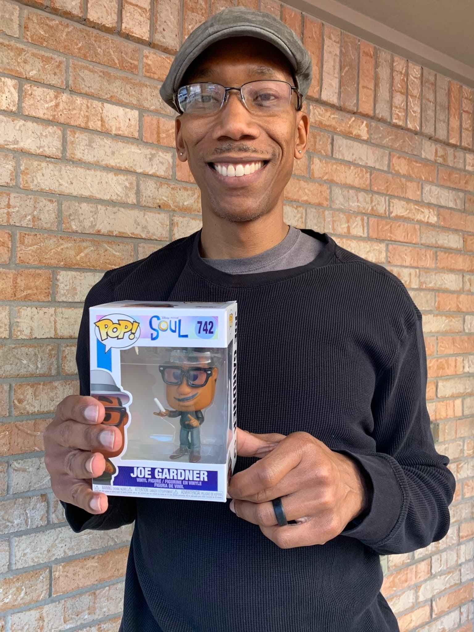 A Dad looks like Joe Gardner from Soul : ついに自分のキャラクター・グッズが全米で発売されて、大よろこびのお父さん‼️😁