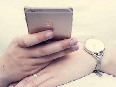 Pessoa com o celular na mão.