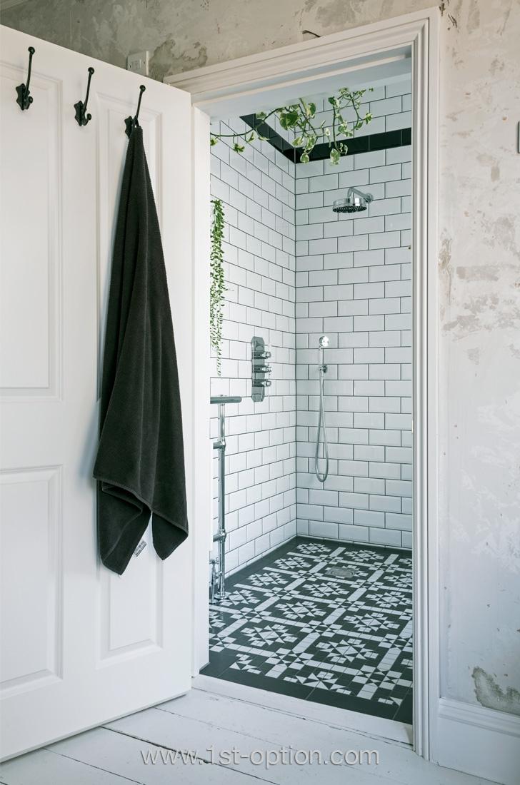 Sol de la douche en carreaux de ciment
