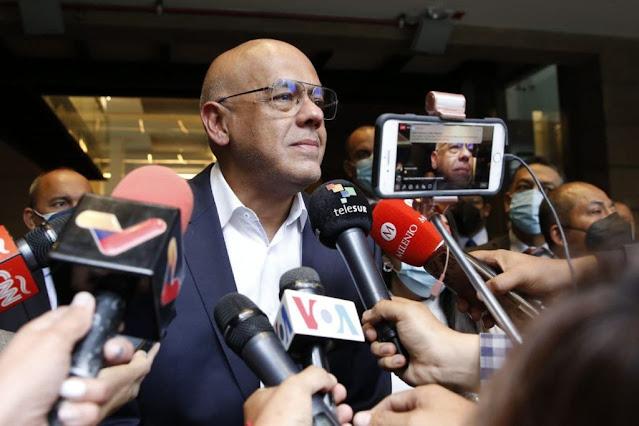 """""""Hay disposición de poner todo nuestro empeño en lograr acuerdos parciales pronto"""", dijo Rodríguez al manifestar que """"esta es una muy buena oportunidad para que los venezolanos recuperen su derecho a la libertad económica y retornar al cauce democrático"""".  """"Estamos muy atentos a las garantías económicas que han sido cercenadas, bloqueadas, robadas, sustraídas al pueblo de Venezuela"""", destacó.  """"Las conversaciones avanzan en un ambiente cordial, lo cual implica un elemento positivo"""", dijo Rodríguez al comentar que es muy arduo el trabajo que se está llevando a cabo.  Leer También: Venezuela y Colombia acuerdan plan para la apertura progresiva de la frontera  Asimismo, dijo que existe """"un memorándum de entendimiento que vamos a abordar en su totalidad"""".  Con respecto al comunicado emitido por Carlos Vecchio este sábado, Rodríguez prefirió no hacer comentarios para no contaminar el buen ambiente de las negociaciones, y dijo a la prensa """"sería bueno que le preguntarán ustedes a los representantes de la oposición"""".  Este sábado las negociaciones contaron con la participación de los países acompañantes: el Reino de los Países Bajos y el Gobierno de la Federación Rusa."""
