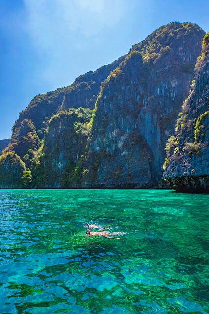 Посетители ныряют, чтобы увидеть красоту моря
