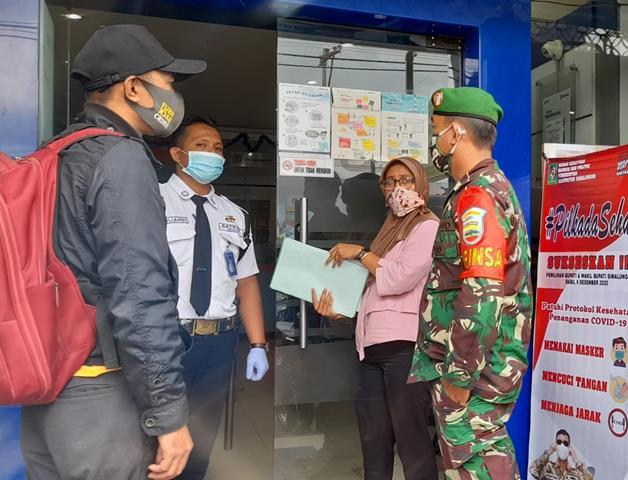 Warga Masyarakat Antrian Di Bank, Personel Jajaran Kodim 0207/Simalungun Laksanakan Edukasi Covid-19