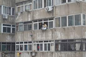 O morador é responsável pelo seu lixo e não deve descartá-lo pela janela
