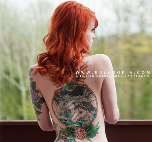 foto de una preciosa chica asomada al bosque, lleva tatuaje de caballos en la espalda