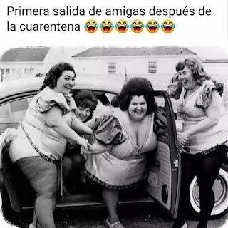 Varias mujeres gorditas bajando de un coche