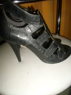 Sapato dunes preto com fivelas e salto alto