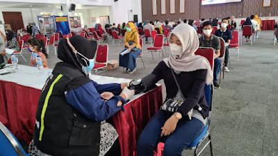 Sambut HUT Bhayangkara Ke-75, Masyarakat Antusias Pelaksanaan Vaksinasi Masal di Polrestabes Suraabaya