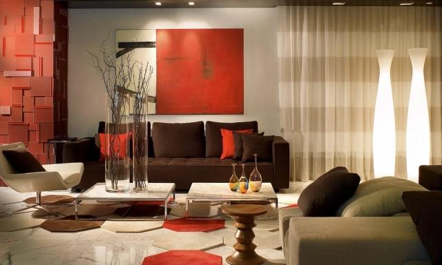 los acentos en marón chocolate y naranja en muebles y accesorios