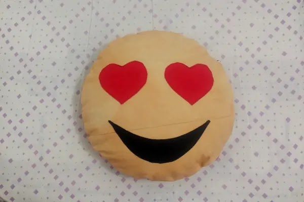 almofada divertida emoji apaixonado