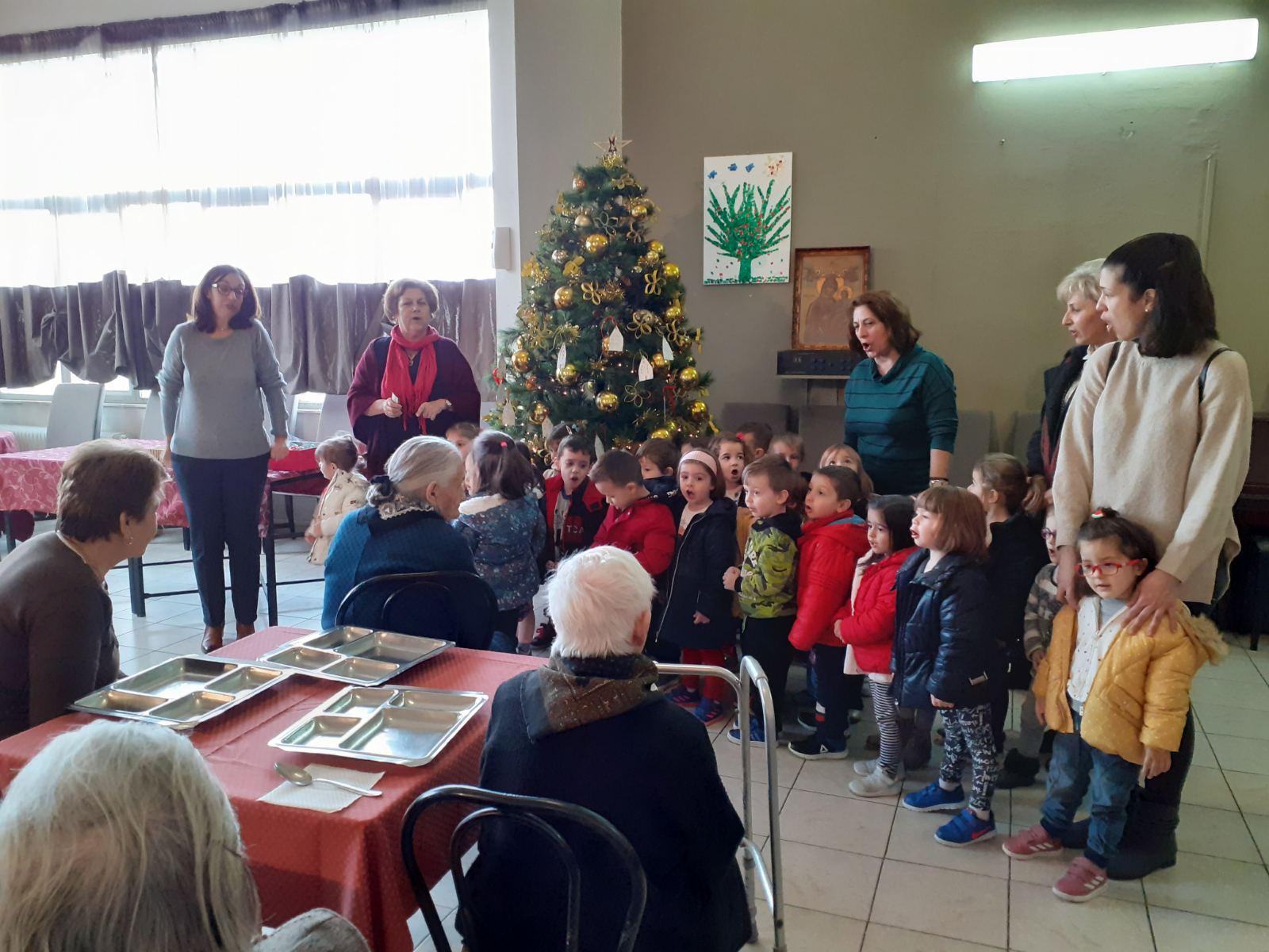 Χαμόγελα κι ευχές από τα παιδιά του 2ου Παιδικού Σταθμού στο Γηροκομείο