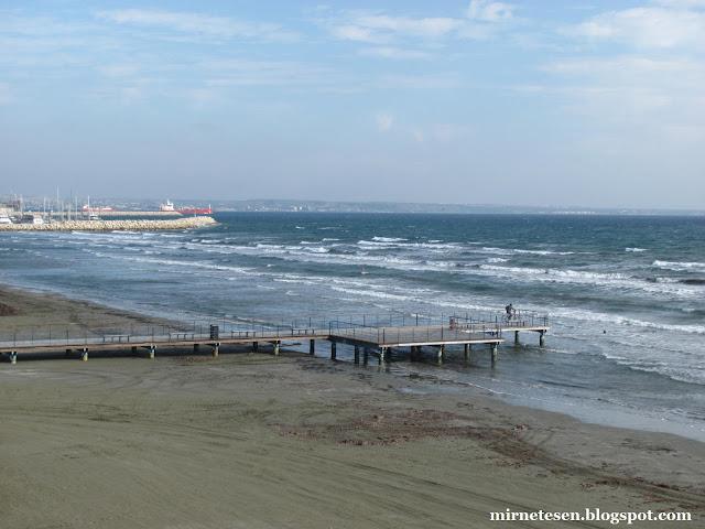 Ларнака зимой - пустынный пляж