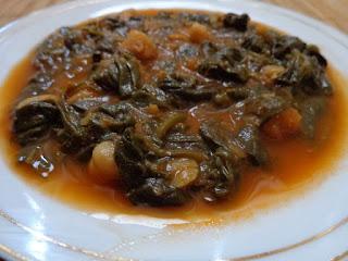 Tbikha ou soupe d'hiver aux lentilles de Sfax – Ingrédients de la recette : 100 g de lentilles vertes , 4 gousses d'ail, tomates en purée, huile d'olive ou de maïs