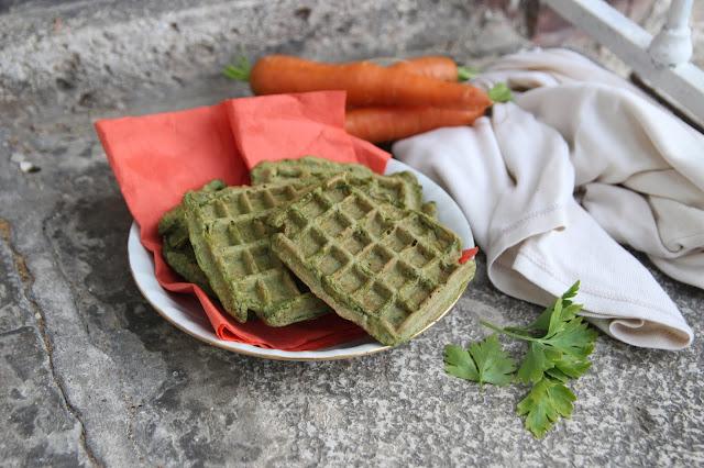 Cuillère et saladier : Gaufres au levain et aux fanes de carottes (vegan)
