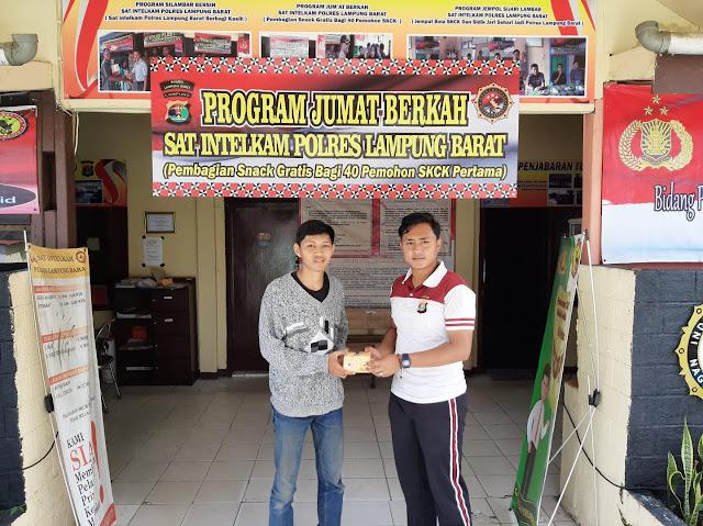 Program Sat Intelkam Polres Lampung Barat dalam rangka Jumat Berkah Pembagian Sncak Gratis Kepada 40 Pemohon SKCK Pertama