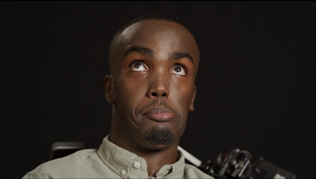 o vídeo mostra várias pessoas usando as opções da câmera por meio de diferentes gestos faciais.