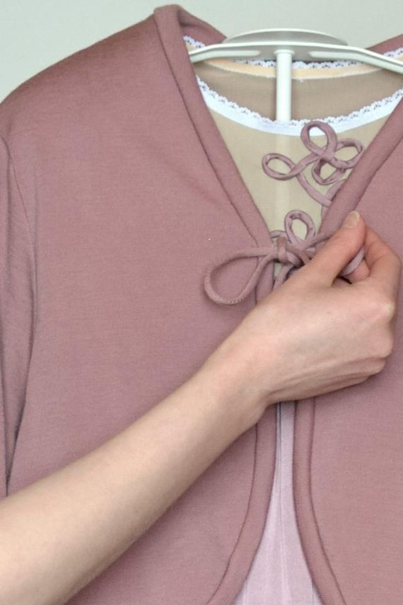 Kuvassa on vaaleanpunainen lukunuttu, joka toimii myös yönuttuna.