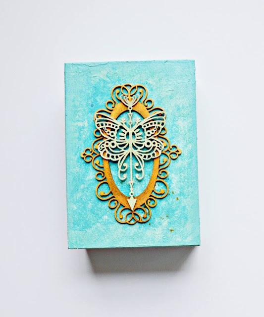 pudełko ozdobione tekturką z motylem