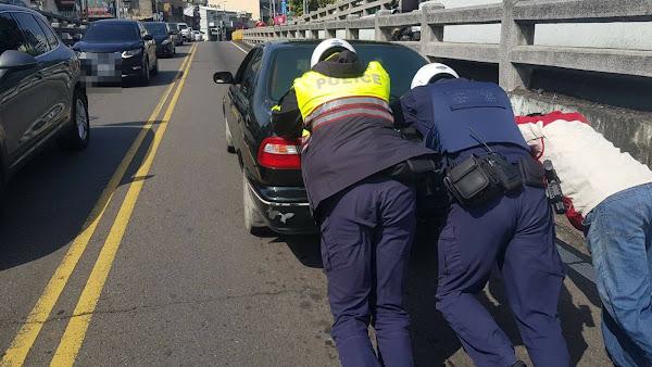 車輛拋錨民生地下道 彰警徒手推車排除路障