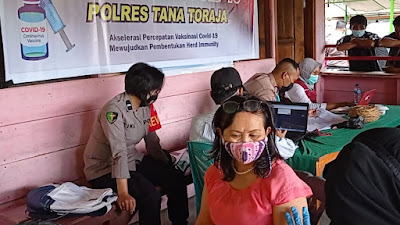 Perdana, Door To Door Vaksinasi Covid--19 Polres Tana Toraja Sentuh Warga Kel. Lemo, Makale Utara