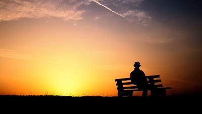 Resultado de imagem para homem sentado num banco de jardim