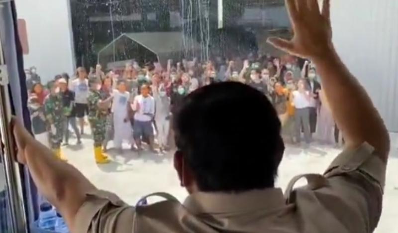Didampingi Menkes, Prabowo Hanya Bisa Melambaikan Tangan dari Dalam Bus Menyapa WNI