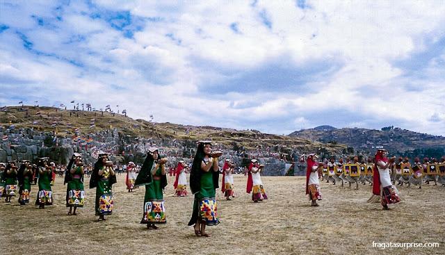 Oferendas ao Deus Sol durante a celebração do Inti Raymi