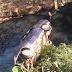 Carro com 4 passageiros cai em córrego e 2 ficam feridos em Cuiabá