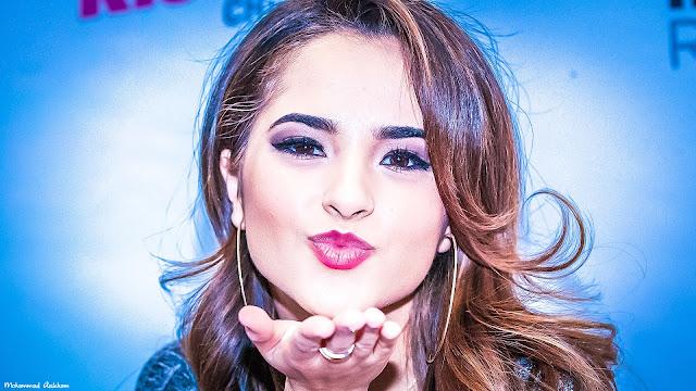 Becky G kisses hd wallpaper