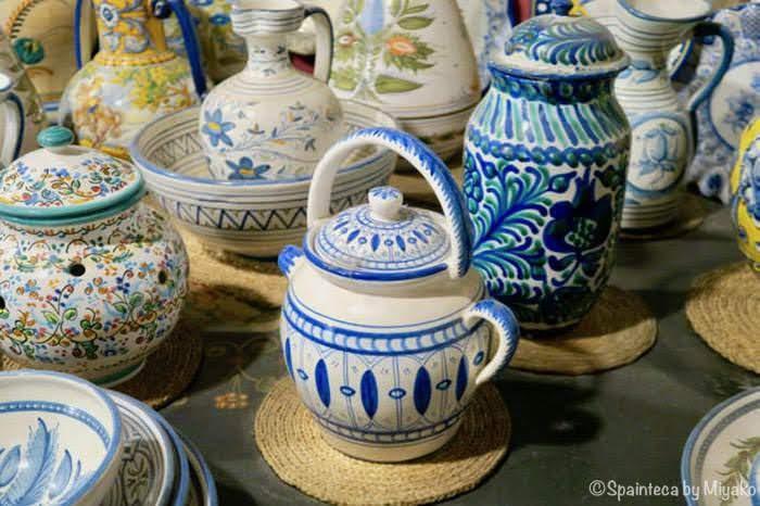 青い模様が白地に映える美しいホットチョコレート陶器