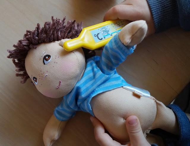 Puppen sind unglaublich wichtig für Kinder, als Freunde und Begleiter der Kindheit. Ich stelle Euch die wunderschön gestalteten und kuschelweichen Puppen Milla und Matze von HABA vor, die gerade bei uns eingezogen sind. Hier: Jungspuppe Matze beim Fieber messen.