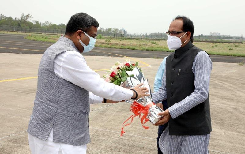 केन्द्रीय मंत्री धर्मेन्द्र प्रधान का स्वागत करते मुख्यमंत्री शिवराज सिंह चौहान
