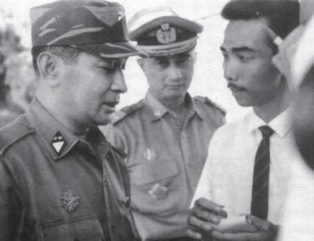 Mayor Jenderal Soeharto selaku Panglima Kostrad memberikan keterangan kepada para wartawan berkaitan dengan aksi G 30 S/PKI.