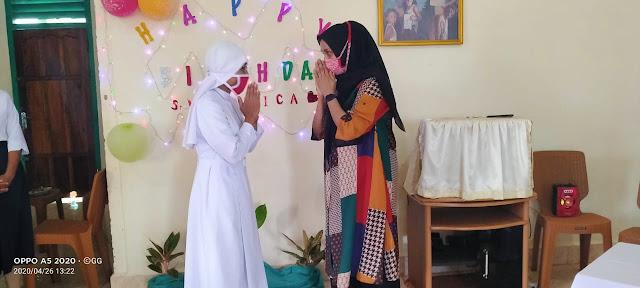 Ketua PKK Maluku Tenggara Eva Eliya saat membagikan masker kepada para Biarawaty