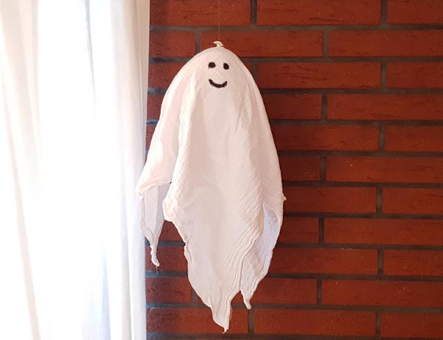 Schwebende Geister: Eine blitzschnelle Last-Minute-Halloween-Deko mit Luftballons basteln. Eine einfache DIY-Anleitung, auch toll für Gespenster-Feste