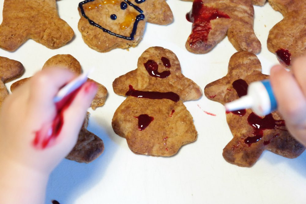 HALLOWEEN IDEAS FOR TODDLERS: Bloody gingerbread people