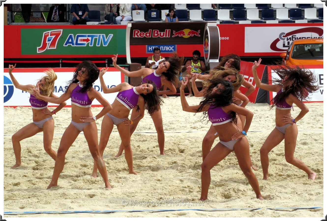 Beach Volley Dancing Bikini Girls