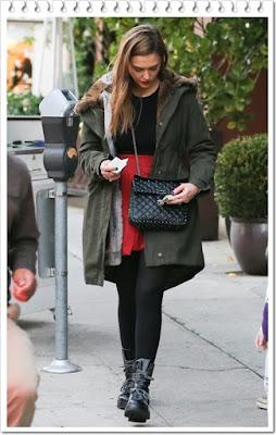 ジェシカ・アルバ(Jessica Alba)は、ヴァレンティノ (Valentino)のチェーンバッグ&レースアップブーツを着用。