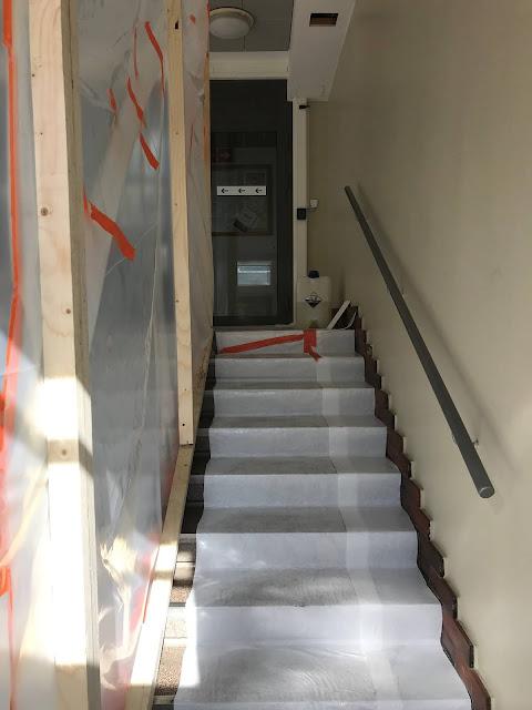Suojamuoveilla peitetty portaikko