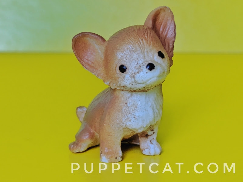 маленькая игрушечная собачка
