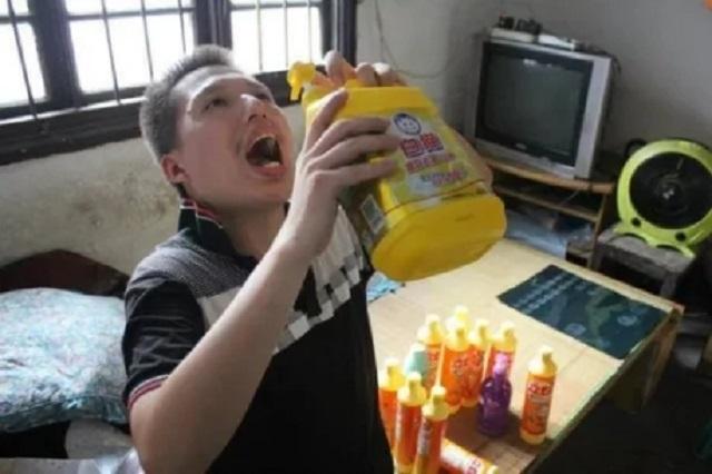 Lelaki Ini Minum Setengah Botol Cecair Sabun Setiap Hari