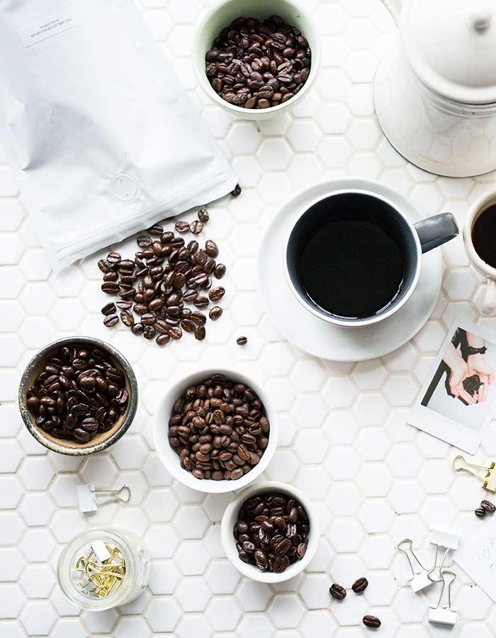 O pós de café possui propriedades antioxidantes e anti-inflamatórias para a pele, saiba como usá-lo e aproveitar os seus benefícios