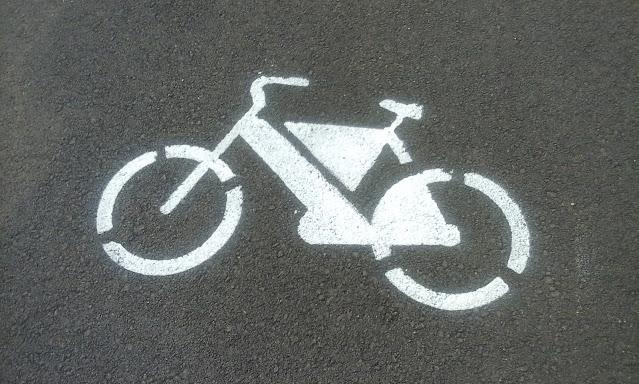 A foto mostra a sinalização de uma pintura da bicicleta isso significa que esta pista ou ciclovia é para os ciclistas e pedestres fazer caminhadas com segurança.