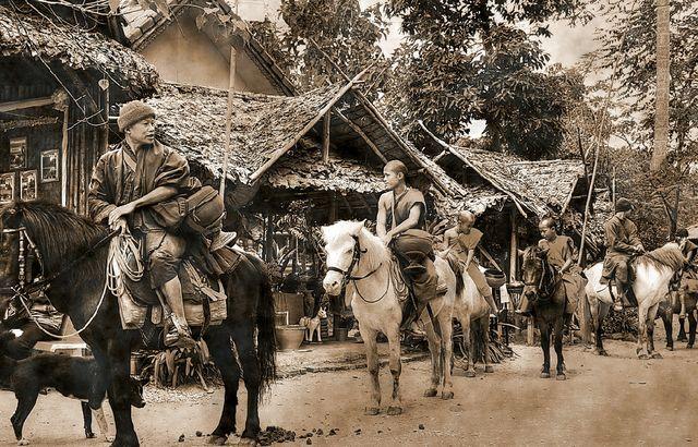 Монахи на лошадях Таиланд