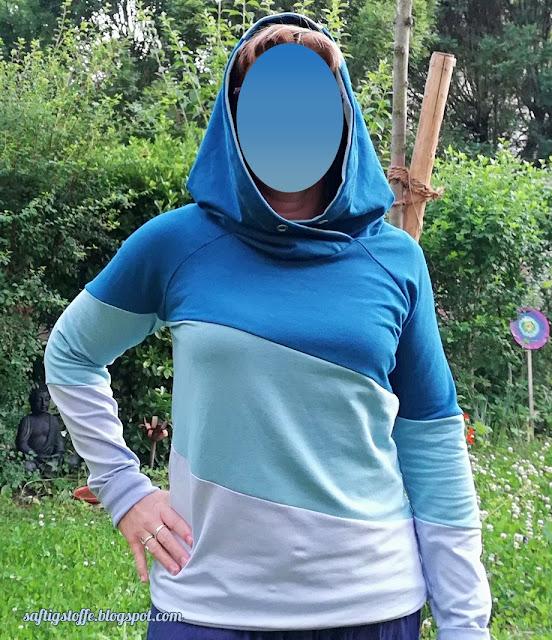 Hoodie in drei verschiedenen Blautönen mit Kapuze.