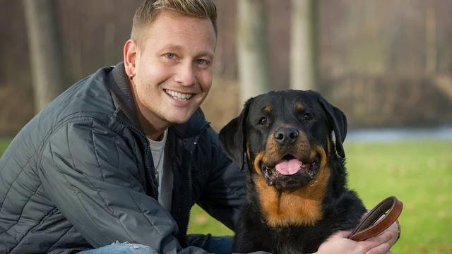 Собака спасла жизнь своему хозяину, открыв дверь врачам скорой помощи. Медики были в шоке от сообразительности ротвейлера