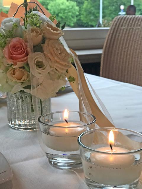 Blumengesteck zur Kaffeetafel, Regenhochzeit, Apricot, Lachs, Pfirsich, heiraten in den Bergen, Hochzeitshotel Riessersee Garmisch-Partenkirchen, Bayern, Hochzeitsplanerin Uschi Glas