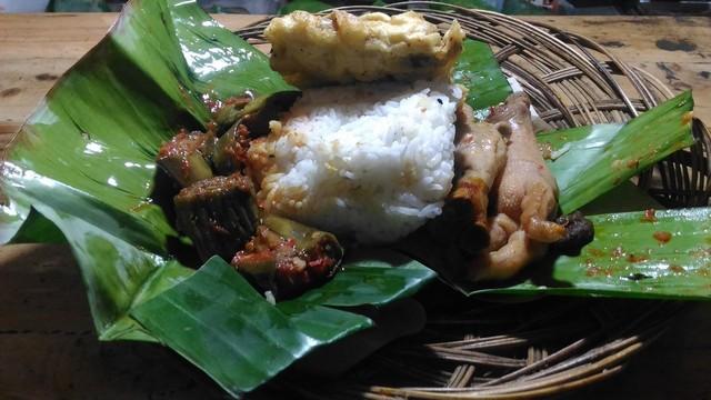 Nasi dengan lauk terong sambal balado dan tambahan lauk lainnya