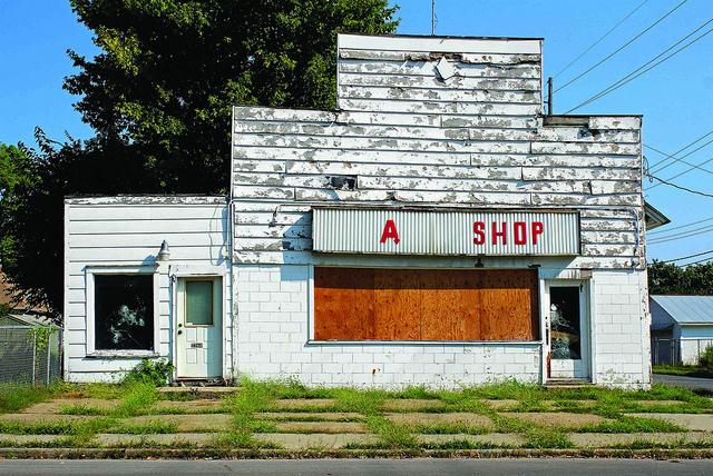 Christine Lambert, tienda abandonada en suburbio,