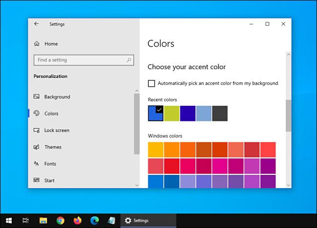 Windows 10 مع مظهر داكن ونوافذ فاتحة.